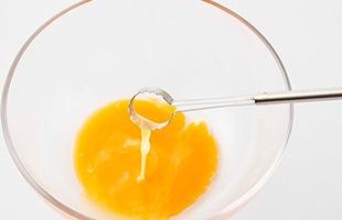 生卵を割って、卵溶き専用のこちらのスティックでグルグルとかき混ぜれば、軽い力でなめらかな溶き卵の出来上がり