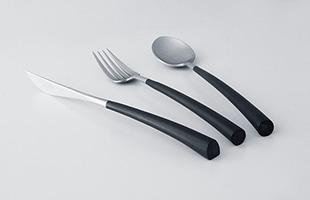 適度な太さのハンドルは手の中にしっくりと収まりますし、テーブルに置いた際に安定するようナイフはハンドル下部が平らに切り欠いてあるなど、使い勝手にも気を配ったデザインです