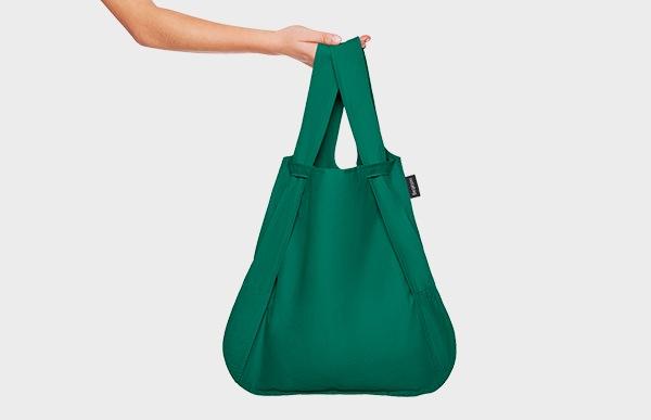 荷物が少なめの時にはトートバッグとして使用し、荷物が多く重たい時にはリュックにすれば買い物帰りの負担も少なくなるはず