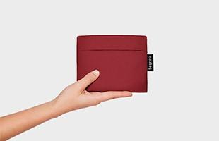 バッグ内部の収納ポケットにたたんで入れておけばコンパクトな手のひらサイズに。毎日のお買い物はもちろん、行楽やご旅行の際のサブバッグにもぴったりです