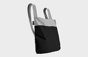 特別なパーツを使用することなく、肩紐をさっとひと引きするだけで手提げ袋からバックパックに形を変えることができます