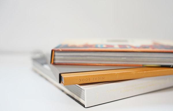 本をモチーフにしたポータブルランプは非常に薄型で、本一冊分のスペースがあれば、お気に入りの本と一緒に重ねて置くこともできます