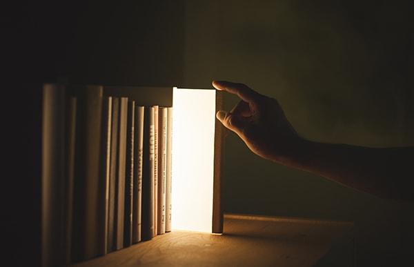 本のように引き出すと本体両面が点灯し、しまうと消灯する不思議な仕組みで、空間を詩的に演出します
