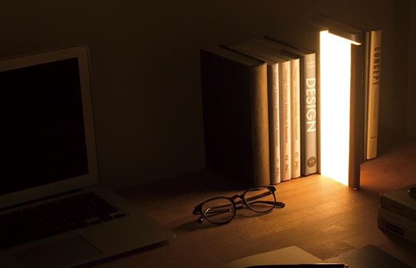 光源には長寿命なLED、光面にはアクリルを使用。さらに背表紙部にはヌメ革を貼り込むことで、使い込むほどにあなただけの一冊に