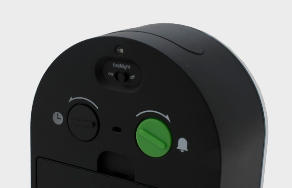 背面のダイヤル、スイッチはシンプルなアイコンで各機能を説明しており、複雑な操作を必要としない使いやすさと機能性を最優先に考えたデザインです