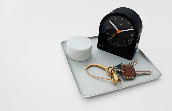 小さめのサイズ感はベッドサイド用のテーブルクロックに、またワーキングスペースの時計としても最適です