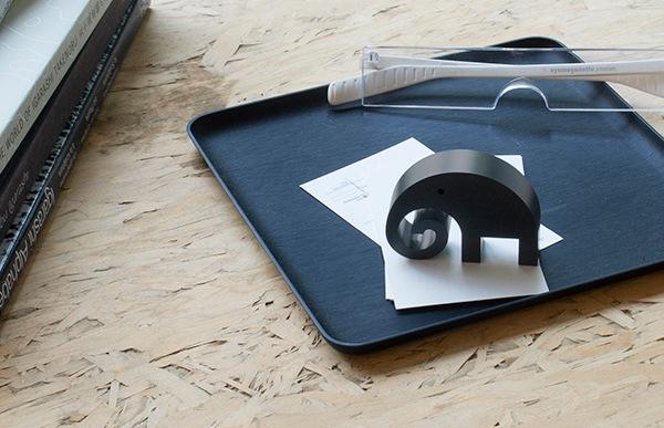 Sサイズの象はデスクトップでぺーパーウェイトとしてお使い頂けます