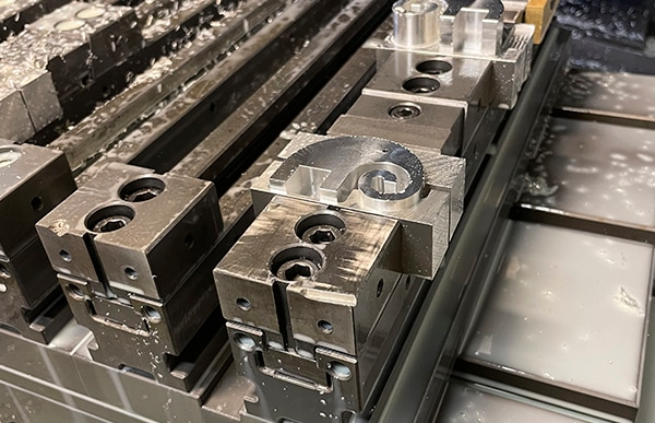 栗原精機は約50年に及ぶ匠の技術と最先端の工作機械の融合による高精度加工を実現しています