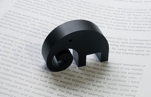 高精度加工技術をもつ栗原精機によって細部までこだわりをもって作られた象は独特の存在感があります