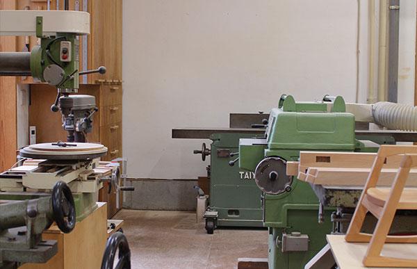 工房にて職人が一点一点、手で削り、塗り重ねた漆(拭き漆)で仕上げた木の匙です
