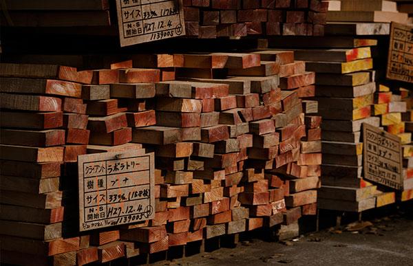 材料として使用された木材の「樹種」「産地」「樹齢」を記載したカードも付属します
