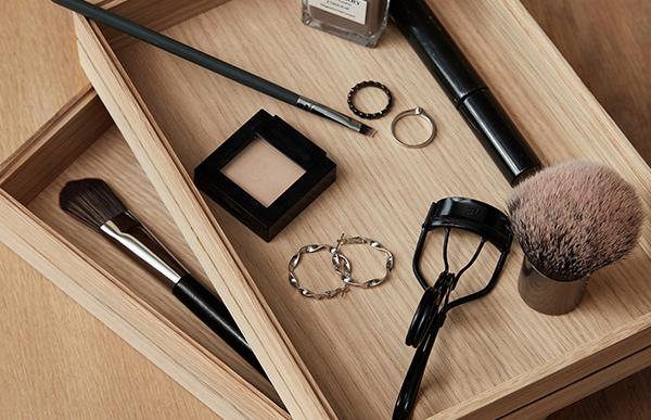 MOEBE Organiseはペンにホチキス、鍵や眼鏡、時計、充電器、書類・・・そんな細々した日常のアイテムたちに「居場所」を作ってくれます
