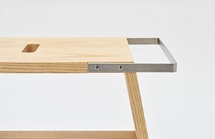 atlier stoolは、ステンレスバーがアクセントになった美しい方形型のスツールです
