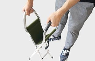 杖の持ち手部分を左右に広げる事で簡単に椅子へと展開できます