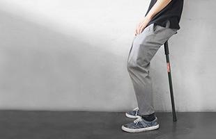 The Strollerは一本脚のスツールなのでバランスをとる必要があり、少し寄りかかって足腰を休ませたいという方におすすめです