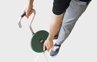緑色の座面部分を下方向にスライドさせることで簡単に椅子へと展開できます