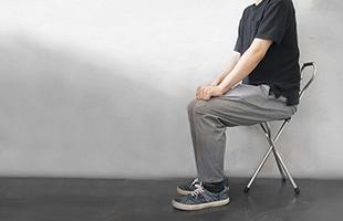 The Trio Popularは三本脚のステッキスツールです。背もたれ部分がフックになっているので、腕に引っ掛けて持ち運んだり、使わない時は掛けておくこともできます