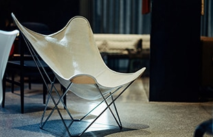 BKF チェアの魅力はどのような姿勢も受け止めてくれるハンモックのような座り心地です