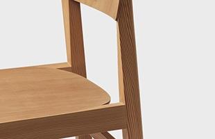 シンプルで素朴なデザインのワークショップチェアは、カーブしたシートと背もたれが最高の快適さを提供しています
