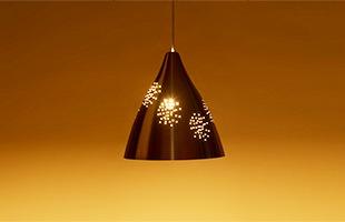 機能性を重視しながらも、繊細な曲線とやわらかい明かりを灯すランプです