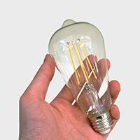 手のひらに収まるサイズ感の電球です