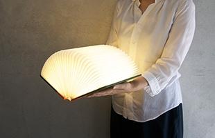 本を開くことで温かみのある光が灯ります