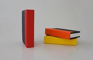 外観は耐久性に優れたファブリック表紙を採用した、選べる3色展開です