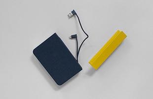 mini Lumio+ V.2は充電ケーブルが内蔵されているので、外出先や非常時にスマートフォンの充電をすることも可能です
