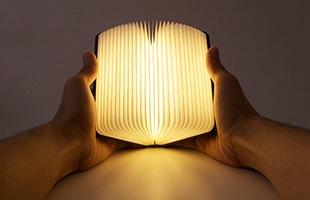 手のひらに収まるサイズ感のブック型ランプは表紙を開くと温かみのある幻想的な光が灯ります