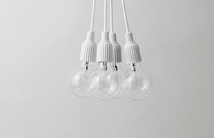 シンプルなデザインの為、多灯吊りでも騒がしいイメージにならず、空間にエレガントな存在感を与えます