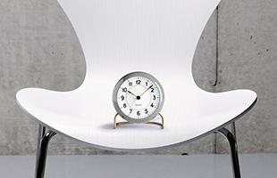 アルネヤコブセンのプロダクトデザインの原点とも言える置時計です。