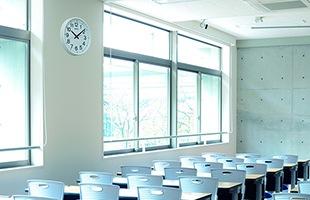 正確な時刻を刻める衛星電波掛け時計「教室の時計/GP219W」は、教室、オフィス、工場、病院などでも安心して使われている掛け時計です