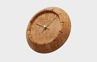 仕上にはタケの質感を生かす自然系の塗料を使い、健康や環境にも配慮した、懐かしいようで新しい時計です