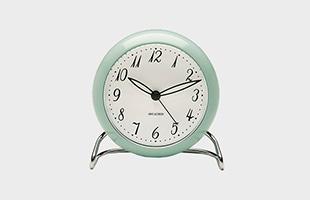 アルネ ヤコブセン 置時計 LK アイスブルー×シルバー 正面イメージ
