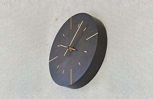 Lemnos 掛時計 Orbは打ち放しコンクリートや煉瓦といった壁面に掛けても存在感を感じる、豊かな質感を持った時計となります。