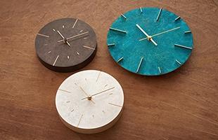 古い時計塔の文字盤をイメージの源泉とした掛け時計。凸端面と外周を磨き仕上げにする事で真鍮を露出しています