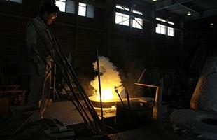 真鍮着色とはそれぞれ高岡銅器の伝統的着色技法の代表的な着色方法です。糠焼き朱銅色の手法を応用しており、銅合金に自然調和した発色方法が特徴です