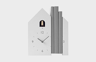 文字盤がふたつに割れることで、ブックエンドとして使える鳩時計です