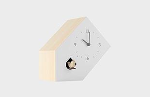 鳩と文字盤の向きを斜めにすることで、時計自体を斜めに置いて使うと気づくデザインです