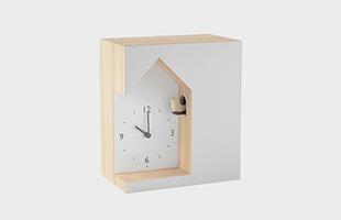 四角い箱から鳩時計がくり抜かれたような、シルエットが印象的な鳩時計です