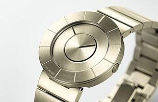 厚さわずか8.2ミリの腕時計内は極めて高度なメカニズムが組み込まれています