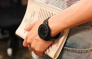 ミニマルで現代的なデザインはデイリーユースの時計としても、おしゃれなファッションアイテムとしてもご使用頂けます