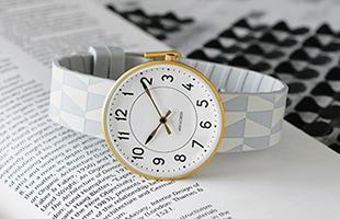 ヤコブセンがデザインした身に着けられるアイテムとしては、今回が初めての貴重な柄物の製品となっています