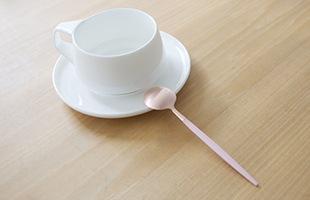 コーヒーカップやティーカップなどの洋食器との相性はとても良く、食卓を華やかにしてくれます