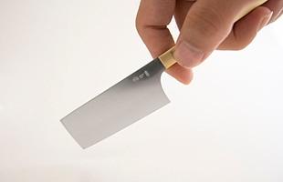 チーズナイフとしてはセミハード用となっていますが、他のタイプのチーズやハム・果物などちょっとしたものを切るのもお手の物です