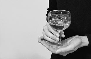 シンプルな形状はカクテルやワインなどの飲み物の美しさを引き立てます