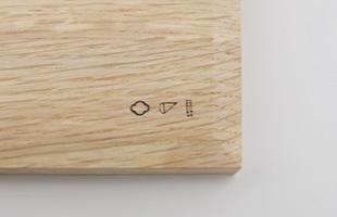 裏面には東屋、猿山修氏、四十沢木材工芸のロゴが刻印。端部を丁寧に面取りすることで持ち上げる際に指がかかりやすい心配りも