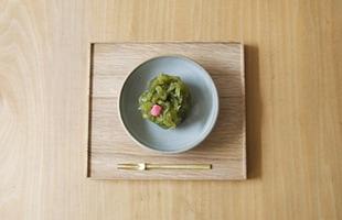 一番小さいサイズの「四つ切」は、和菓子を載せるのに丁度良いサイズです(こちらのイメージは東屋 / 猿山 / 折敷(木地仕上) 四つ切を使用しています)