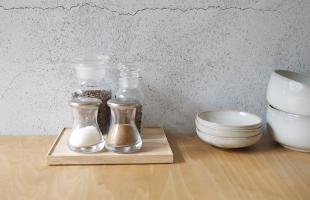 小物をまとめておくのにも使えますので、食卓の上をすっきりとまとめることが出来ます(こちらのイメージは東屋 / 猿山 / 折敷(木地仕上) 四つ切を使用しています)