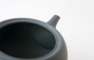 内部の茶漉しは、金属製の茶漉しのような多数の細かい穴が施されており、しっかりと茶葉を漉しながらも目詰まりしにくく注ぐことができます